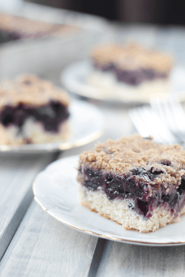 These Blueberry Buckle Bars are bursting full of sweet blueberries and topped with a yummy streusel topping. | Countryside Cravings