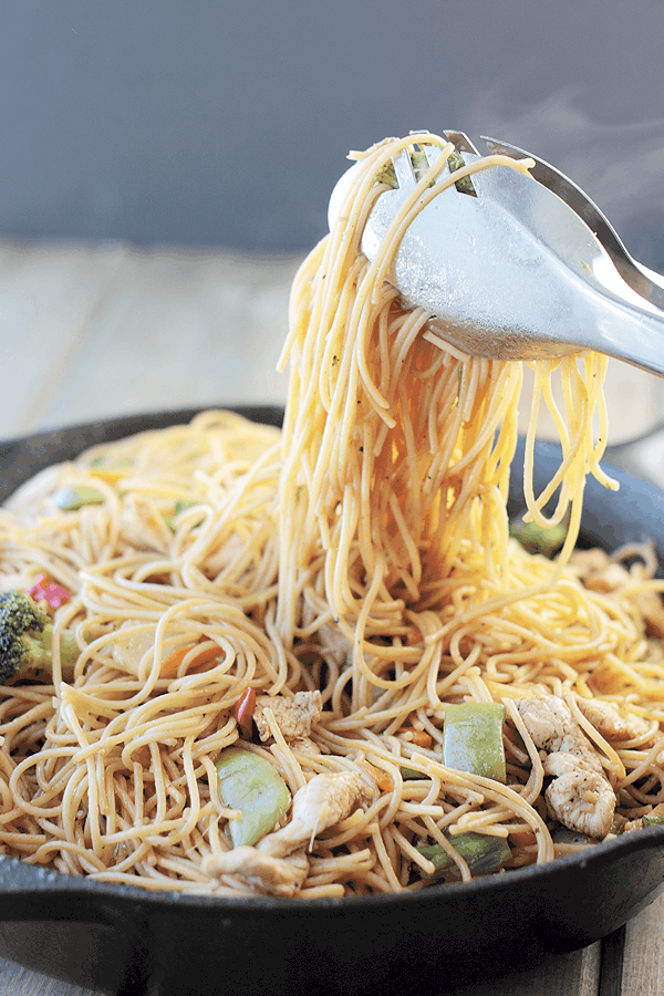 This Chicken Lo Mein is an easy weeknight meal that can be made in under 30 minutes! | Countryside Cravings