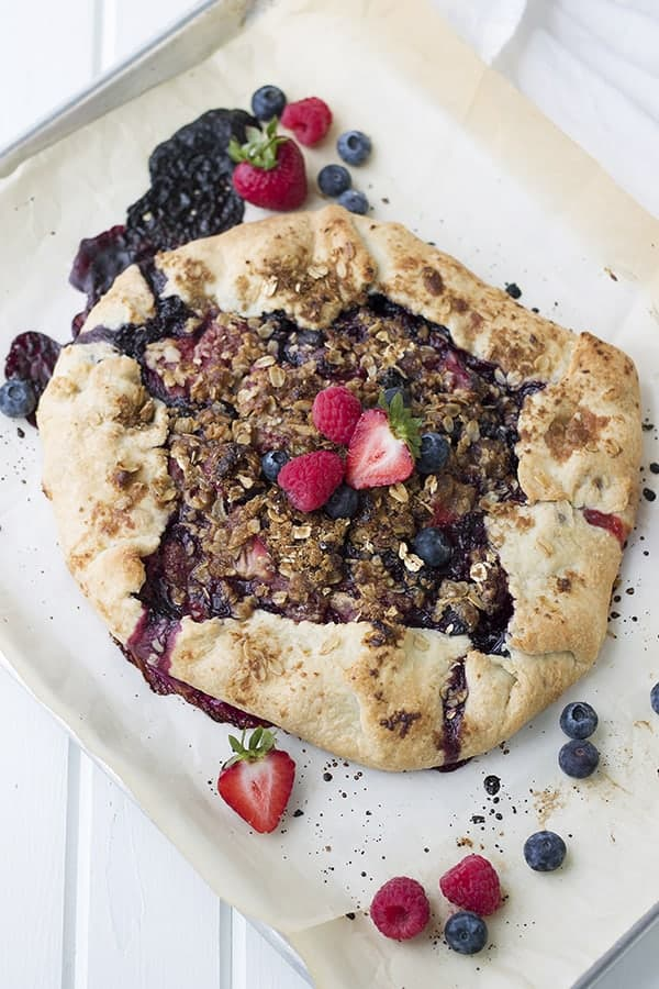 This Rustic Berry Tart is easier to make than a pie and looks and tastes amazing! | Countryside Cravings