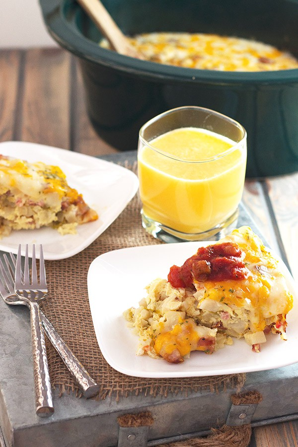 Slow Cooker Sausage and Potato Breakfast Casserole- a hearty and satisfying breakfast made right in your slow cooker! | countrysidecravings.com