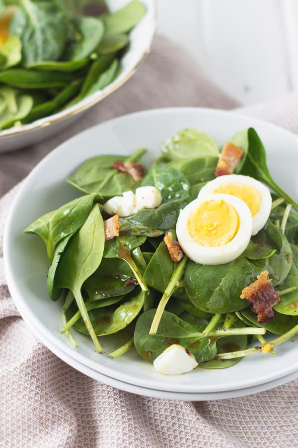Wilted Spinach Bacon Salad -this super easy salad recipe is a great way to use up some extra boiled eggs! | www.countrysidecravings.com