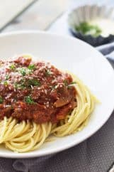 Slow Cooker Spaghetti Sauce -a thick and meaty spaghetti sauce made easy in your crockpot! | www.countrysidecravings.com