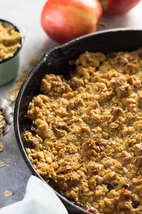 This Easy Apple Butter Apple Crisp is made with apple butter, sweet tender apples and a crunchy oat topping. | www.countrysidecravings.com