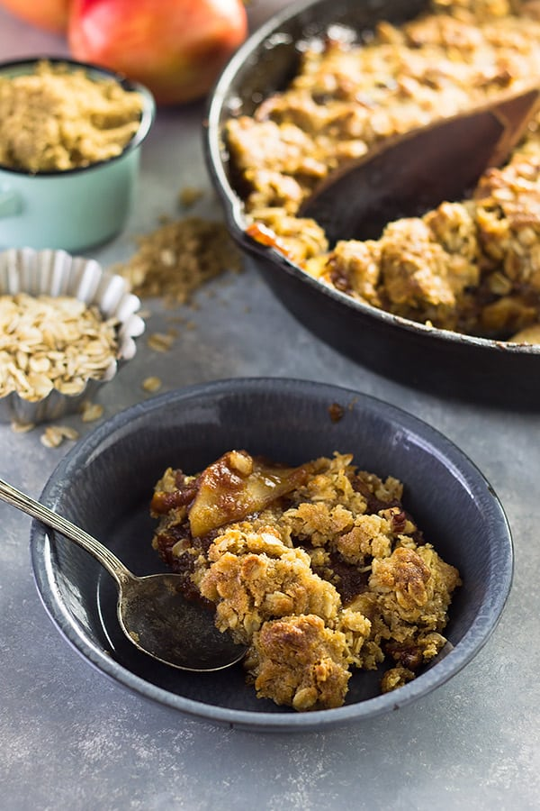 This Easy Apple Butter Apple Crisp is made with apple butter, sweet tender apples and a crunchy oat topping.   www.countrysidecravings.com