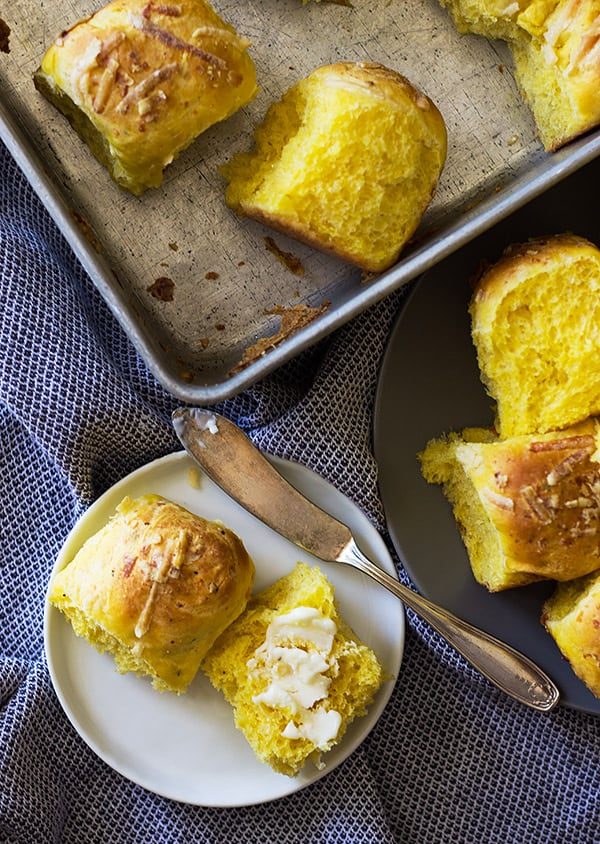 These Savory Pumpkin Rolls will be a great addition to your dinner table. Fluffy light rolls made with pumpkin, rosemary and Parmesan cheese. | www.countrysidecravings.com