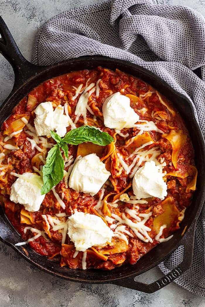 This easy Skillet Lasagna Recipe is the perfect weeknight meal! It's tastes like lasagna only much simpler and quicker! #skilletlasagna #onepotmeal