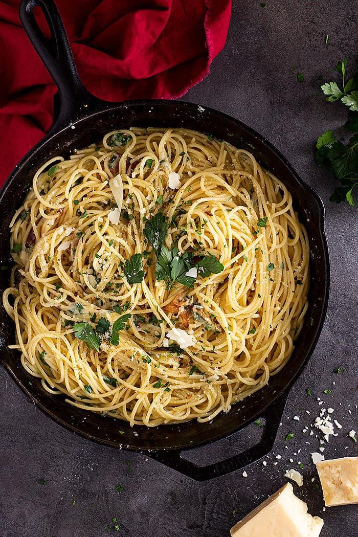Spaghetti Aglio e Olio in a cast iron pan.